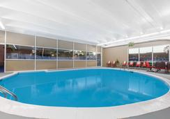 Ramada Plaza by Wyndham Albany - Albany - Bể bơi