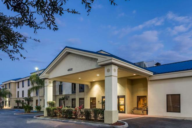 Days Inn & Suites by Wyndham Lakeland - Lakeland - Κτίριο