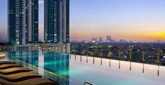 Holiday Inn & Suites Jakarta Gajah Mada - Jakarta - Pool