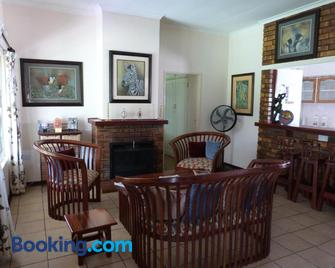 Woodlands Stop Over And Lodge - Francistown - Huiskamer