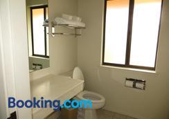 The Monarch Resort - Pacific Grove - Bathroom