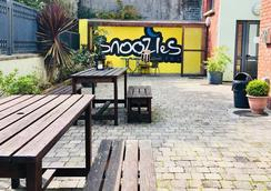 Snoozles Forster Street Tourist Hostel - Galway - Patio