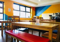 Snoozles Forster Street Tourist Hostel - Galway - Restaurant