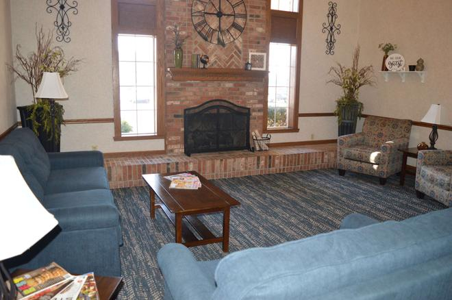 Super 8 by Wyndham Greenfield - Greenfield - Living room