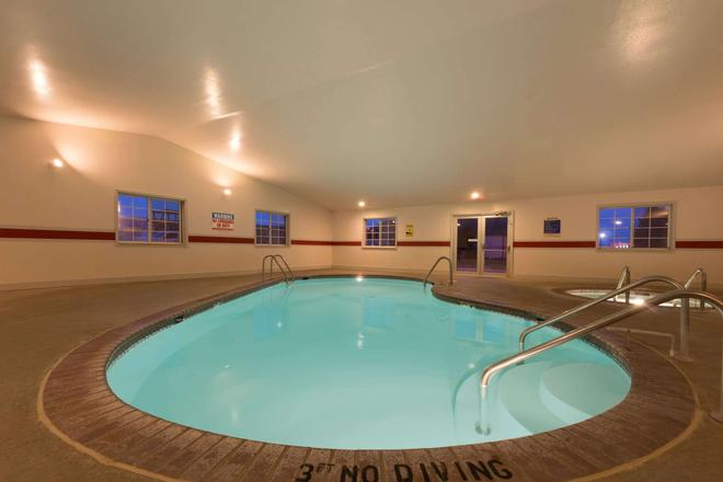 Super 8 by Wyndham Greenfield - Greenfield - Pool