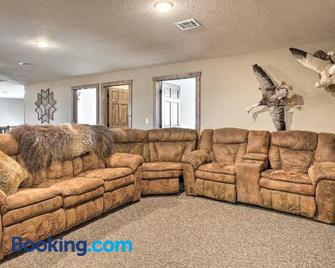 Kansas Hunting Lodge: Ideal for Large Groups! - Great Bend - Living room