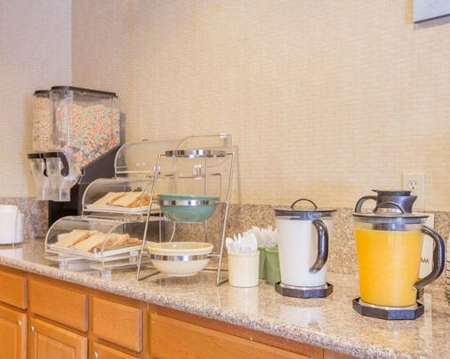 Econo Lodge Inn Suites Lodi - Wine Country Area - Lodi - Buffet