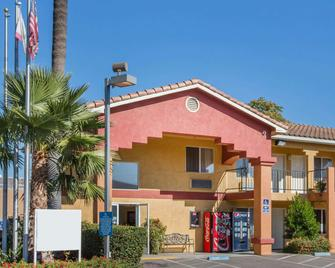 Econo Lodge Inn & Suites Lodi - Wine Country Area - Lodi - Building