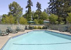 Baymont by Wyndham Seattle/Kirkland WA - Kirkland - Pool
