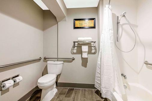 Comfort Inn Airport - Memphis - Bathroom