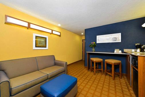 Microtel Inn & Suites by Wyndham New Braunfels - New Braunfels - Living room