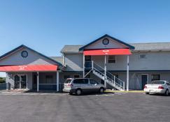 Econo Lodge - Rutland - Building