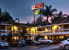 Best Western Plus Carriage Inn - Sherman Oaks - Edificio
