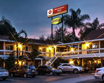 Best Western Plus Carriage Inn - Sherman Oaks - Gebouw