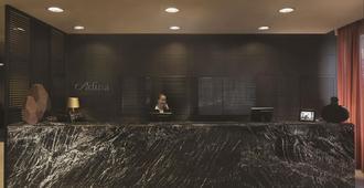 Adina Apartment Hotel Hamburg Michel - Hamburg - Front desk