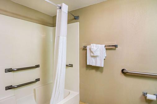 Quality Suites Atlanta Airport East - Forest Park - Bathroom