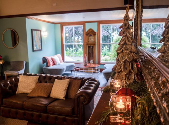 Ormlie Lodge - Napier - Living room