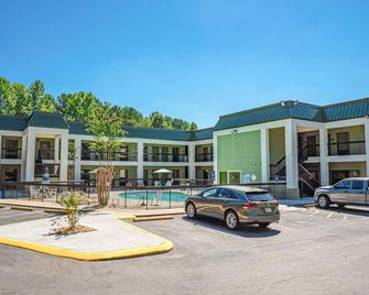 Quality Inn & Suites At Six Flags - Austell - Building