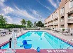 Baymont Inn & Suites Kalamazoo East - Kalamazoo - Piscina