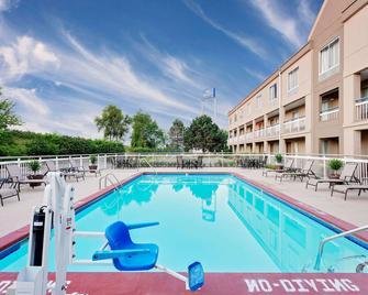 Baymont Inn & Suites Kalamazoo East - Kalamazoo - Bazén