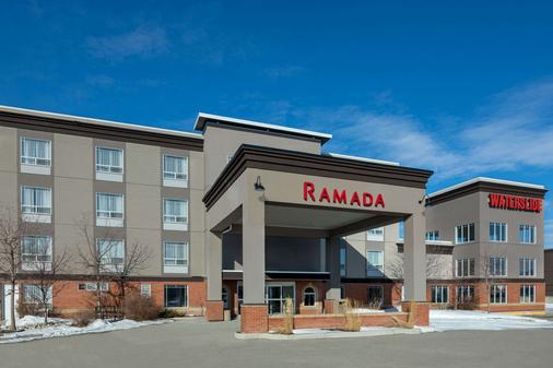 Ramada by Wyndham Cochrane - Cochrane - Gebäude
