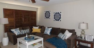 Charming Family Friendly Home With Heated Pool - Palm Springs - Wohnzimmer