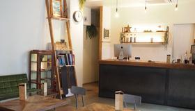 Almond Hostel & Cafe Shibuya - Tokyo - Front desk