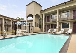 Super 8 by Wyndham San Antonio Downtown / Alamo - San Antonio - Pool