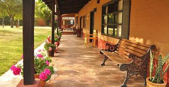 Villa Patzcuaro Garden Hotel & RV Park - Patzcuaro - Veranda