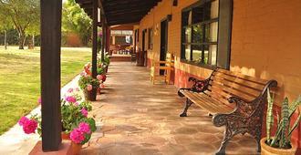 Villa Patzcuaro Garden Hotel & RV Park - Pátzcuaro - Βεράντα