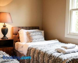 Luss Cottages at Loch Lomond Arms Hotel - Alexandria - Bedroom