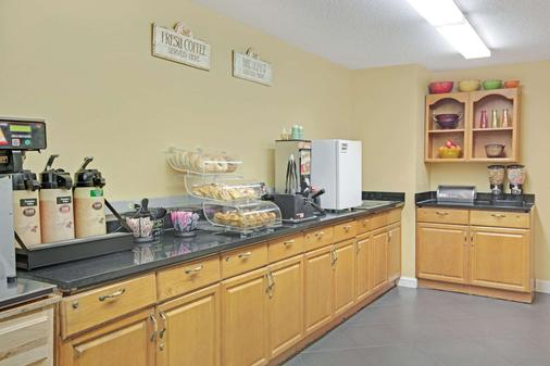 Microtel Inn & Suites by Wyndham Charlotte/University Place - Charlotte - Buffet