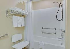 Microtel Inn & Suites by Wyndham Charlotte/University Place - Charlotte - Bathroom