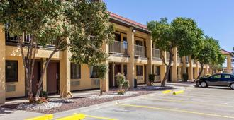 Rodeway Inn near Ft Huachuca - Sierra Vista - Building