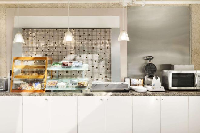 Days Inn by Wyndham Lethbridge - Lethbridge - Buffet