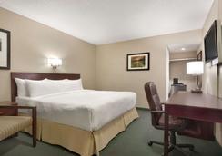 Days Inn by Wyndham Lethbridge - Lethbridge - Bedroom