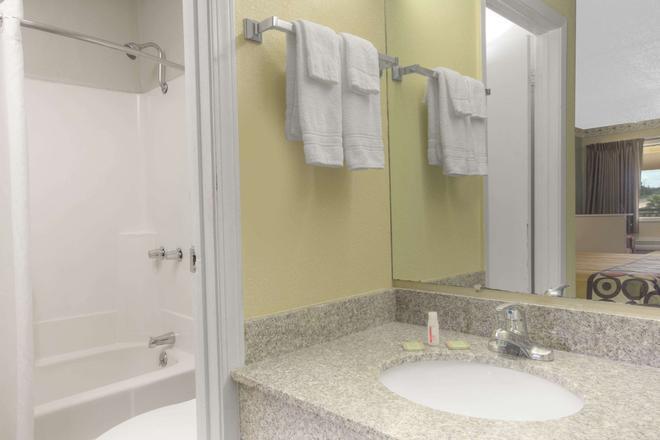 Super 8 by Wyndham Shreveport - Shreveport - Bathroom