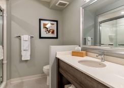 Quality Inn & Suites Amsterdam - Fredericton - Bathroom