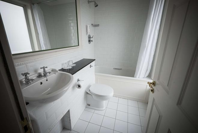 Stephen's Green Travelodge - Dublin - Bathroom