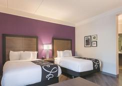 La Quinta Inn & Suites by Wyndham Atlanta Alpharetta - Alpharetta - Makuuhuone