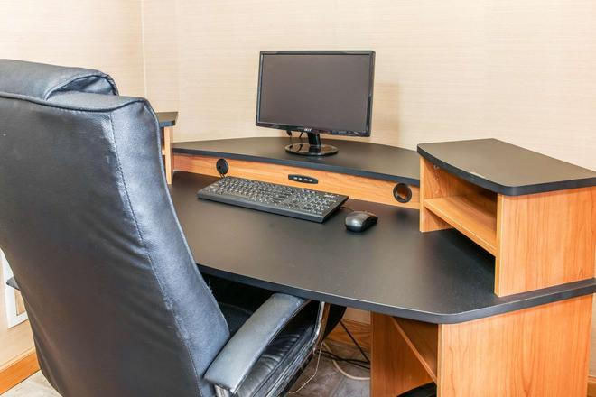 Quality Inn Seymour I-65 - Seymour - Business Center