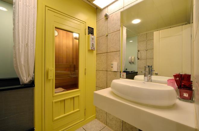 Yomi Hotel - Mrt Shuanglian Station - Taipei - Bathroom