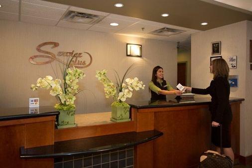 Service Plus Inns & Suites Calgary - Calgary - Rezeption