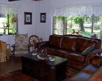 Lonesome Dove Guest Ranch - Kalispell - Living room