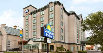 Days Inn & Suites By Wyndham Niagara Falls Centre St. By The Falls - Niagara Falls - Gebouw