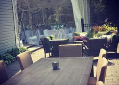Timber House Resort - Brighton - Patio