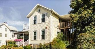 Captain's Cottage Suites - Muskegon