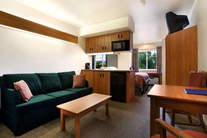 Microtel Inn & Suites by Wyndham Bozeman - Bozeman - Living room