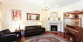 Diplomatic Management - Washington - Living room