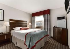 Super 8 by Wyndham Saskatoon Near Downtown - Saskatoon - Bedroom
